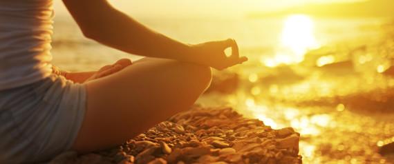 Hun mediterer i solnedgang