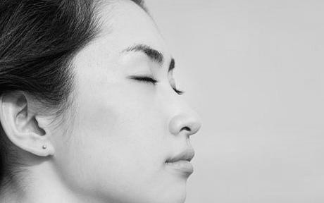 Hun mediterer i sort hvitt