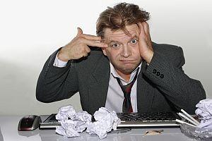 En meget stresset mann på jobb