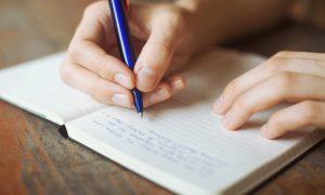 De kan hjelpe å få sove hvis du skriver ned ting som bekymrer deg før du går til sengs