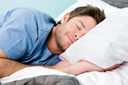 Mann som sover dypt og godt
