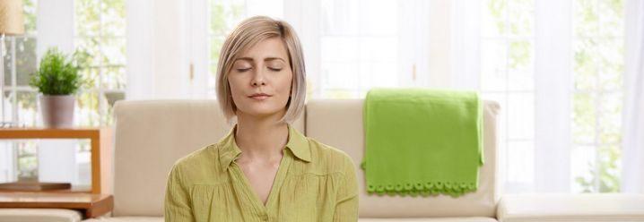 Kvinne som sitter og mediterer