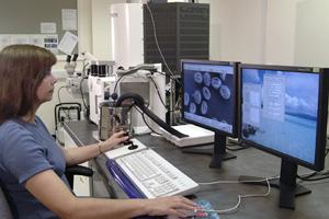Vitenskapskvinner foran et elektronmikroskop